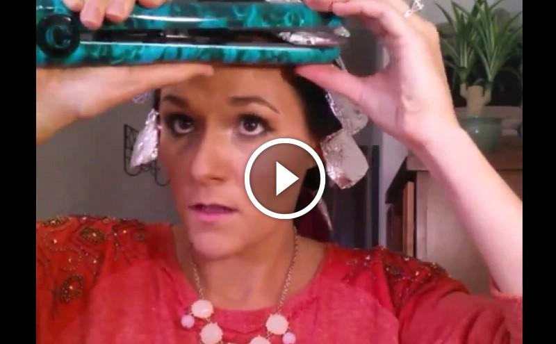 6e131441b4 Alufóliába tekeri a haját és úgy süti be hajvasalóval! Micsoda szép loknik!