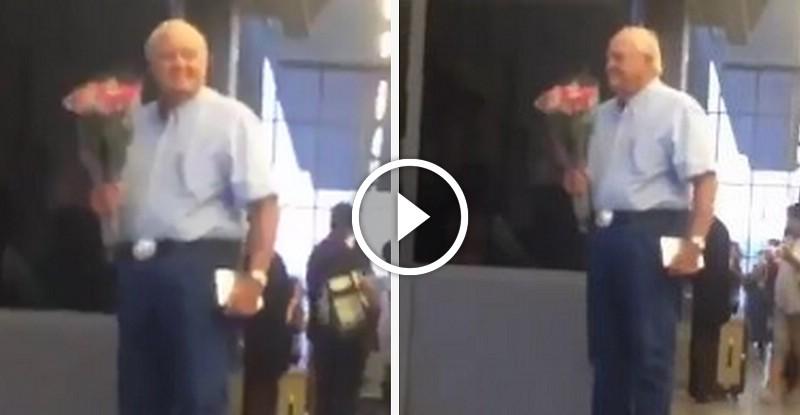 Idős úr virágcsokorral várakozik a repülőtéren- Amit utána látsz máris szebbé teszi a napodat