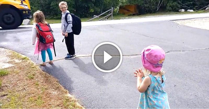 8ab1749fd9 Tündéri kislány búcsúztatja testvéreit az első iskola napjukon! Nézzétek,  mi történik, mikor elmennek!